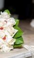 Χριστουγεννιάτικος στολισμός γάμου με έλατο, υπέρικο και τριαντάφυλλο