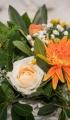 Φθινοπωρινός γάμος με πορτοκαλί ζέρμπερες και λευκά τριαντάφυλλα